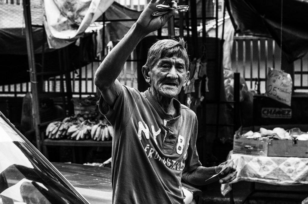 Άνδρας σε υπαίθρια αγορά στη Βενεζουέλα