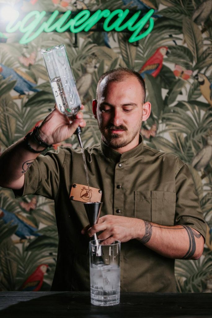 Bartender που ετοιμάζει cocktail