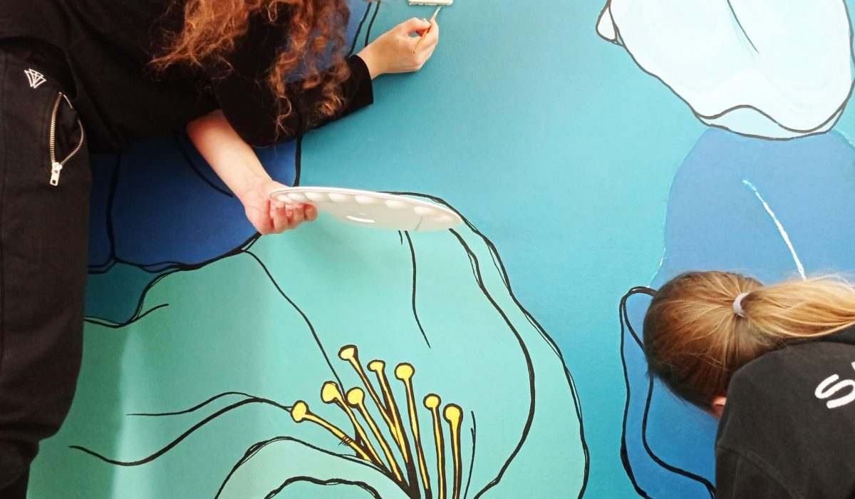 Σύγχρονες τοιχογραφίες: Πώς δύο κορίτσια μεταμορφώνουν χρωματικά το σπίτι σας